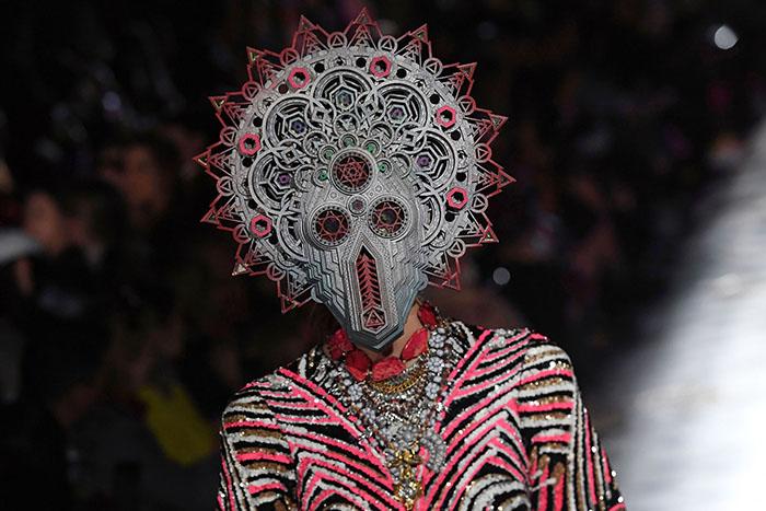 Маска, шокировавшая зрителей парижской Недели моды.