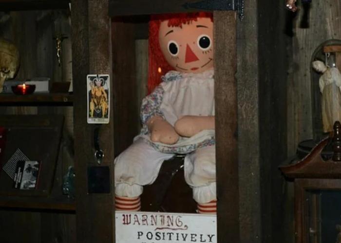 Кукла Аннабель в музее Уорренов.