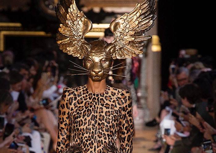 Сюрреалистическая маска с показа возрожденного бренда.