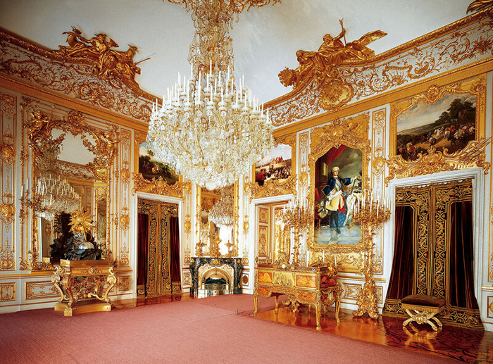 Рабочий кабинет Людвига с портретом французского короля.