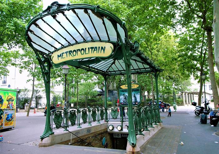 Арка входа в Парижское метро, созданная Гимаром.