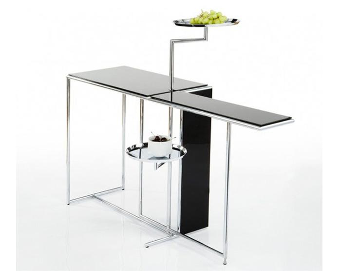 Столик с металлическими трубками и подставками.