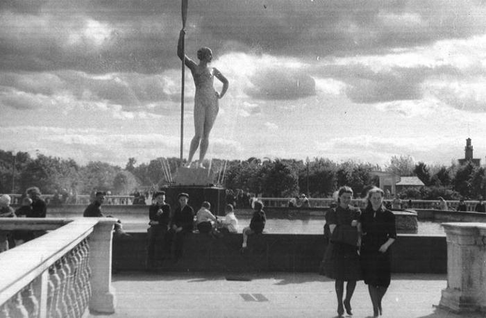 Девушка с веслом.