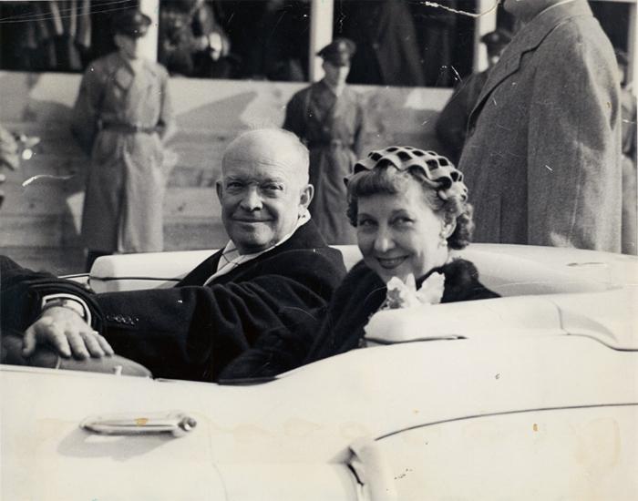 Мейми Эйзенхауэр в шляпке-волне.