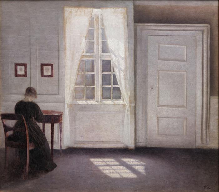 Комната в доме художника. Жена художника за столом.