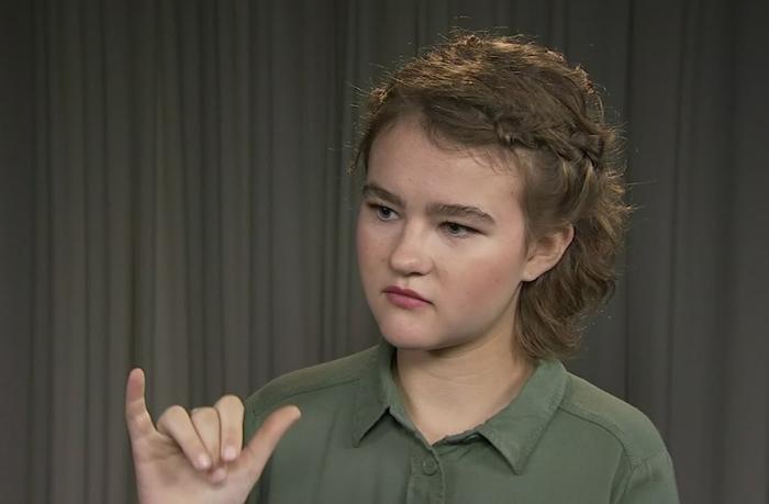 Симмондс общается на жестовом языке.