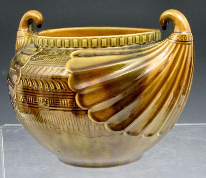 Керамическая ваза с отсылками к греческой архаике.
