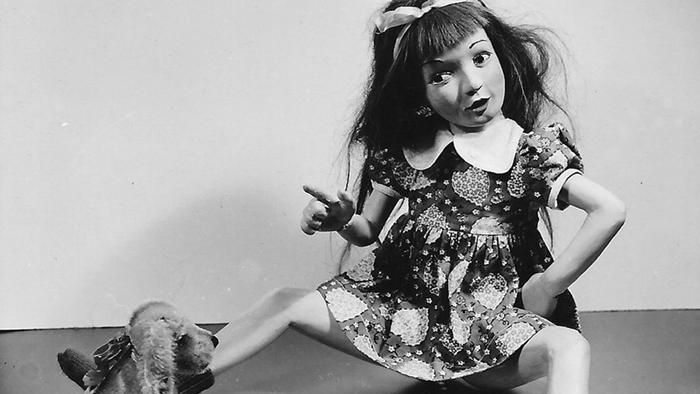 Сюжетная фотография куклы, сделанная Бартлеттом.