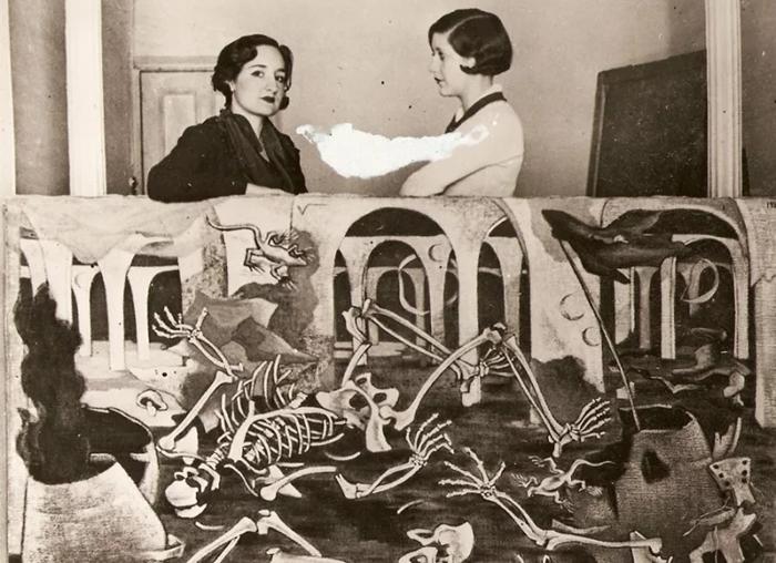 Маруха Мальо (слева) со своей работой.