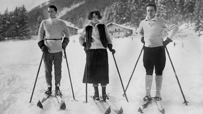 Макс Эрнст, Гала и Поль Элюар на прогулке.