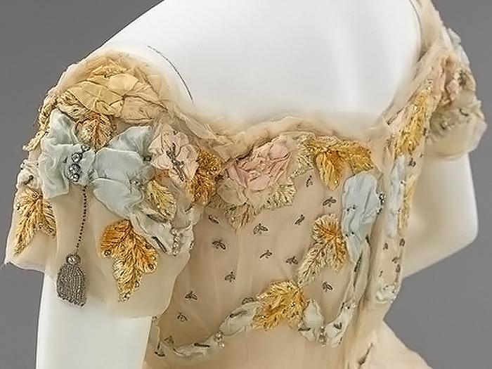 Фрагмент отделки платья.