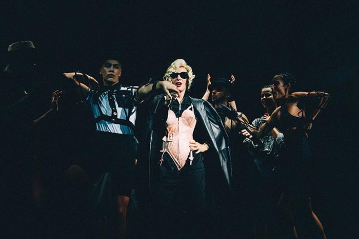 Мадонна в костюме от Готье.