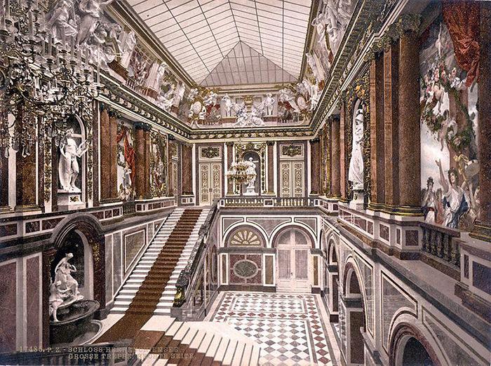 Лестница. Над лестницей расположена современная стеклянная кровля.