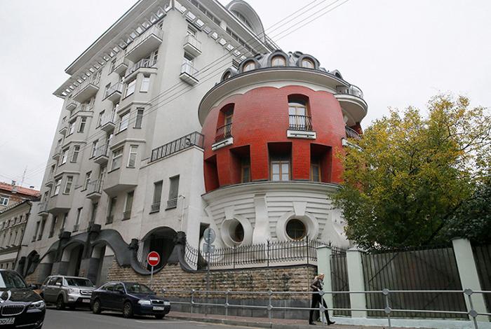 Дом-яйцо, примыкающий к другому, восьмиэтажному, зданию.