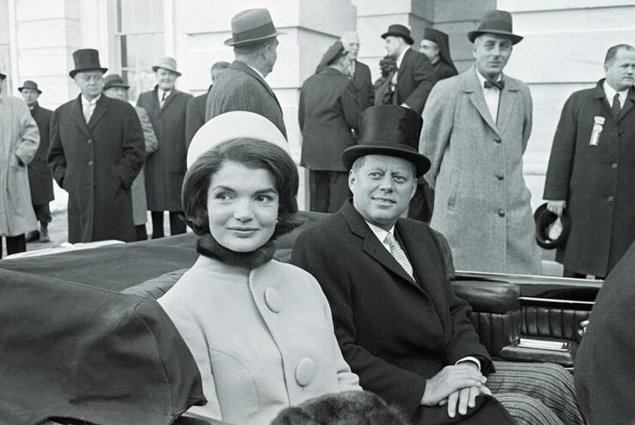 Жаклин Кеннеди в шляпке от Холстона.