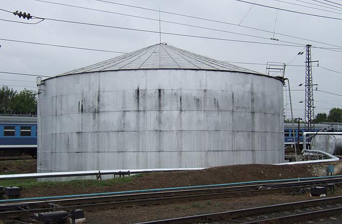 Клёпаный нефтяной резервуар Шухова на железнодорожной станции Владимира.