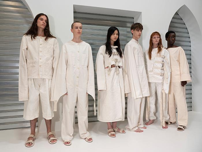 Выход моделей в смирительных рубашках - символ репрессивной нормальности - вызвал волну критики.