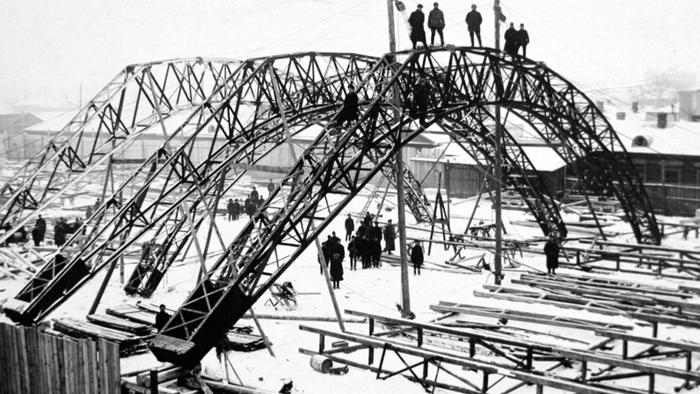 Строительство сетчатых оболочек-перекрытий двоякой кривизны конструкции Шухова на Выксунском металлургическом заводе.