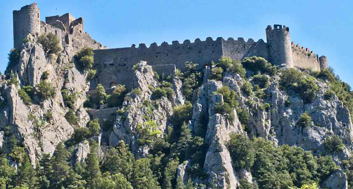 Крепостная стена замка.