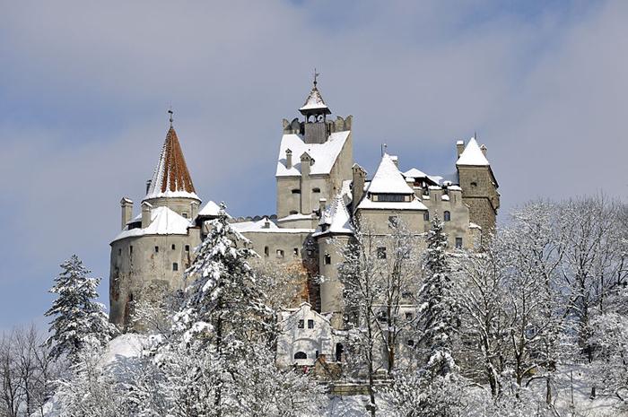 Замок Бран зимой.