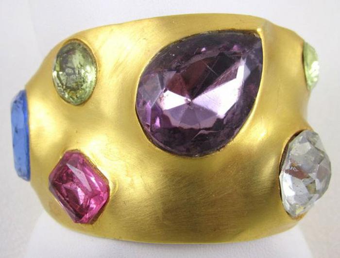 Кольцо с синтетическими камнями.