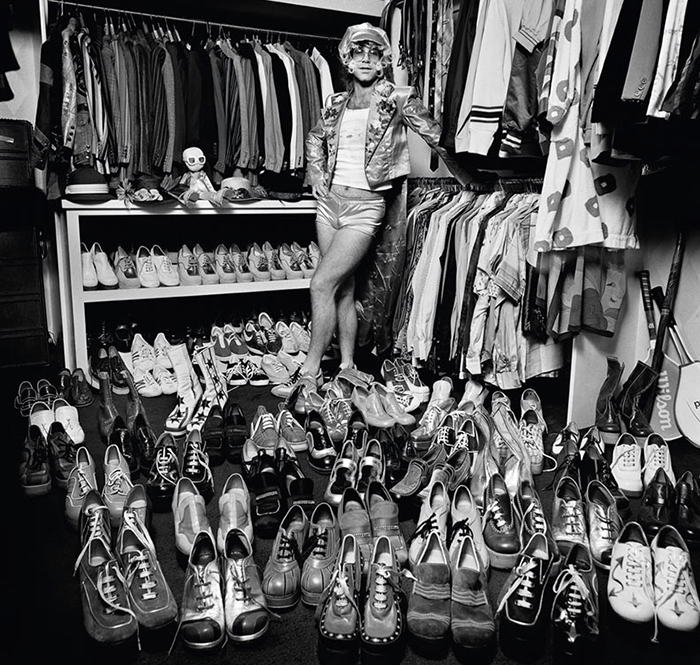 Ретро-фото - молодой Элтон Джон и его коллекция обуви, уже тогда обширная.