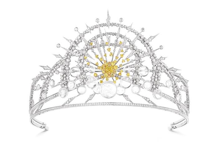 Бриллиантовая диадема с мотивом восходящего солнца.