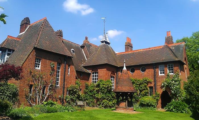 Красный дом - дом Уильяма Морриса, напоминающий средневековый замок.