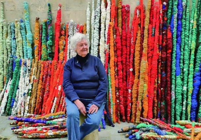 Дизайнер превращает старинные технологии ткачества в оригинальные текстильные инсталляции
