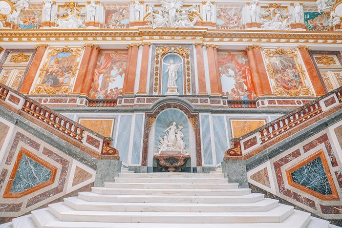 Лестница - копия Посольской лестницы в Версале.