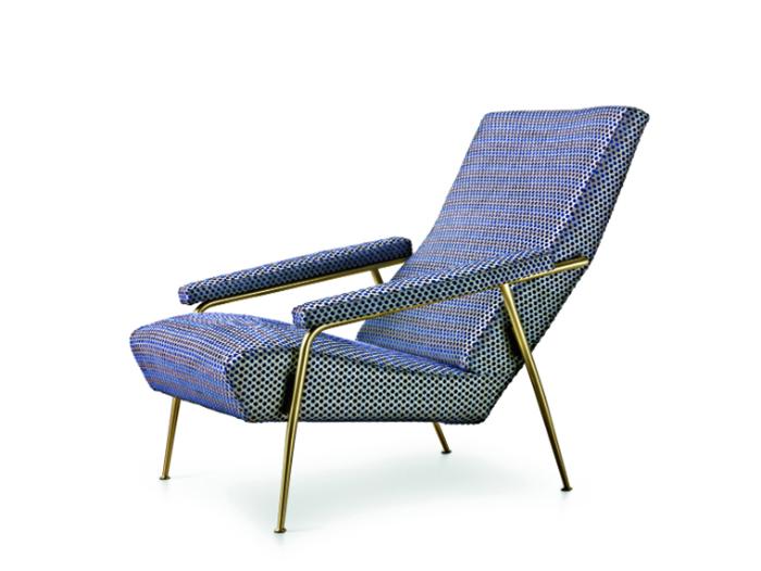 Кресло с металлическими ножками.
