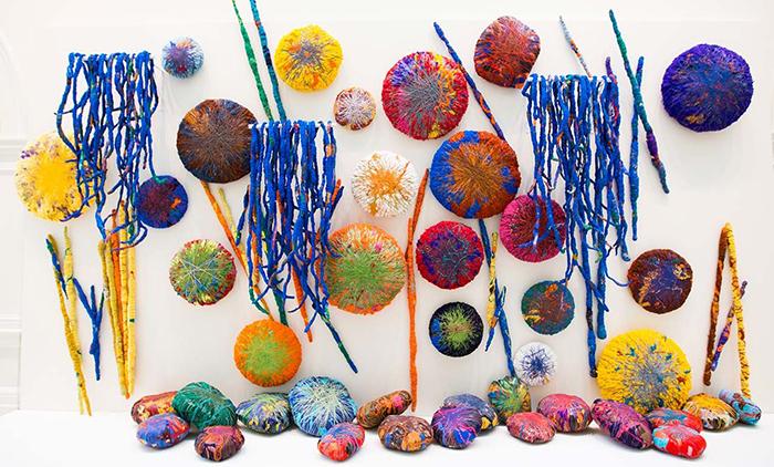 Несколько работ Хикс небольшого формата, объединенные в инсталляцию.