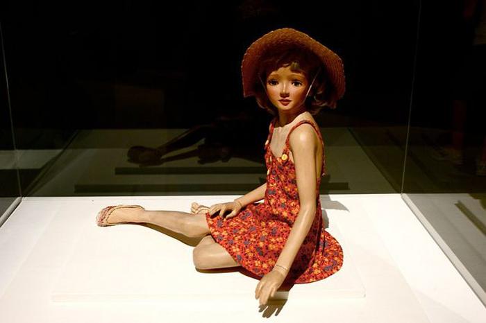 Одна из кукол Бартлетта в музейной экспозиции.