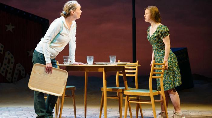 Сара Горди на сцене театра.