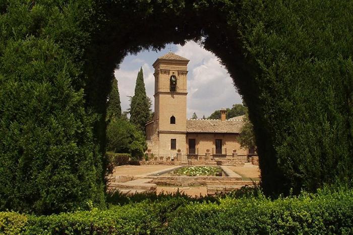 Живописный уголок в саду Альгамбры.