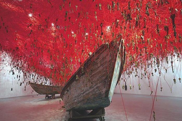 Инсталляция Чихару Шиоты на Венецианской биеннале в 2015 году.
