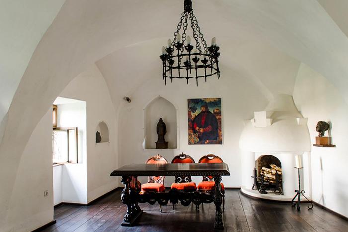В замке не осталось оригинальной мебели, все интерьеры - реконструкция.