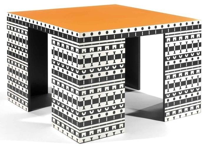 Орнаментированный стол.