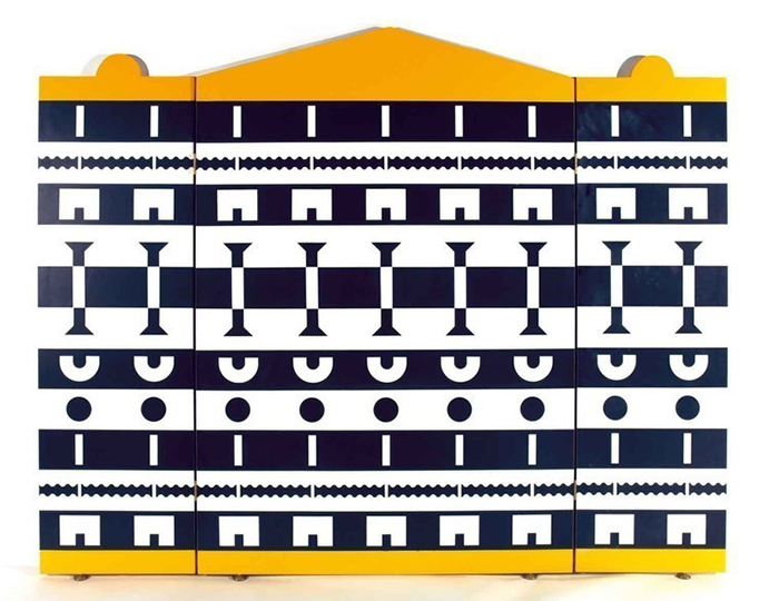 Шкаф с орнаментом и архитектурными мотивами.