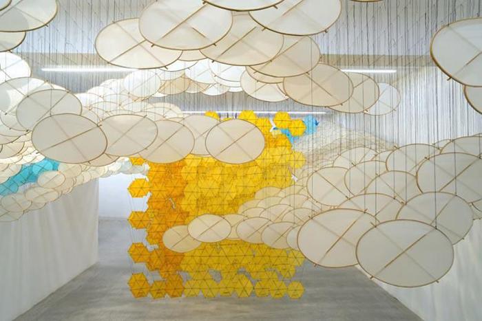 Инсталляция Хашимото из воздушных змеев и нитей.