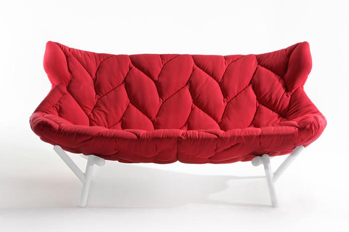 Обивка дивана, напоминающая лепестки.