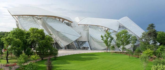 Здание фонда LVHM - музей современного искусства. Коллекция собрана Бернаром Арно.