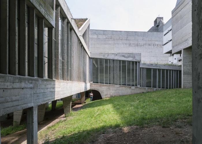 Внутренний дворик монастыря. Столбы-опоры.