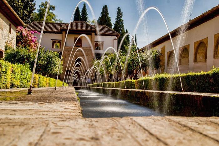 Искусственный водоем в Альгамбре.