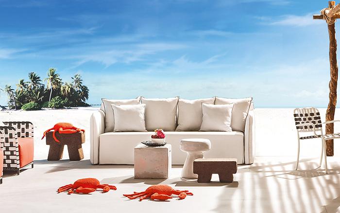 Мебель для отдыха и подушки в виде крабов.