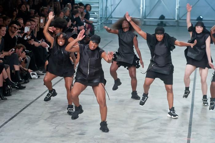 Танцоры на дефиле Рика Оуэнса.