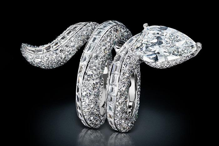 Браслет в форме змеи с бриллиантами.