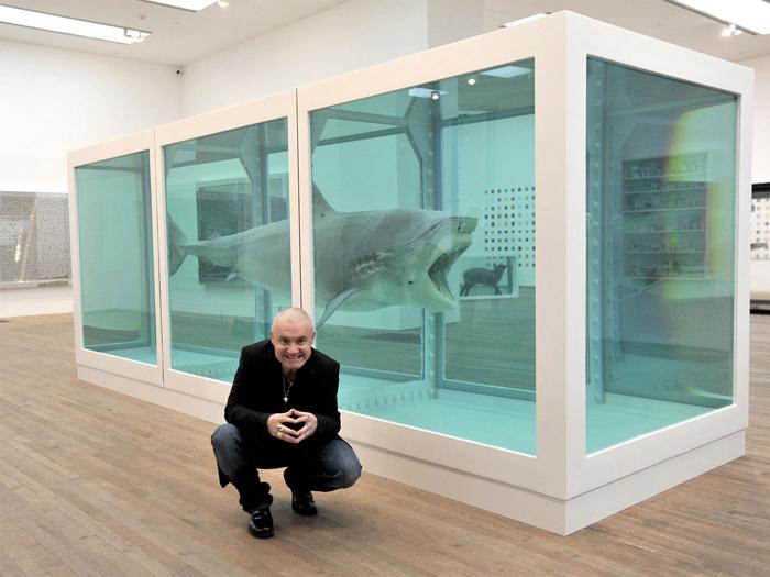 Художник на фоне одной из своих скандальных инсталляций.