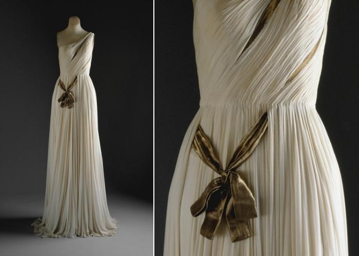 Платье, напоминающее античную скульптуру.