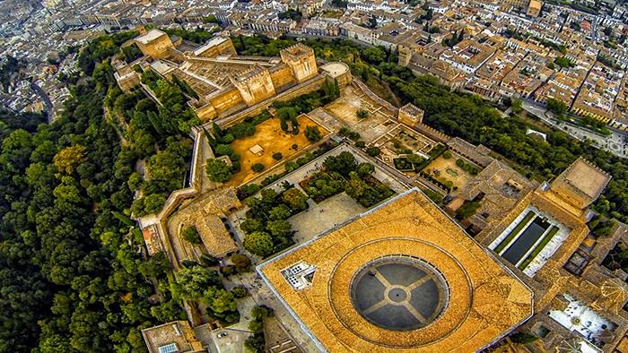 Вид сверху на архитектурно-парковый комплекс Альгамбра.